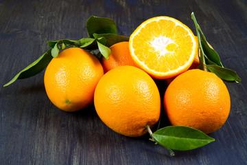 arance  su tavola di legno