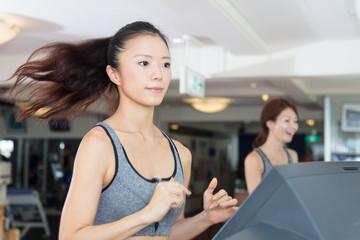 スポーツジム 女性ランニング