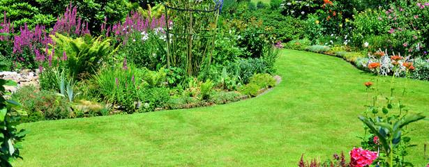 Gartenansicht mit Rasenfläche
