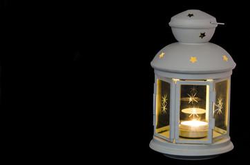 lanterna di natale con candela su fondo nero