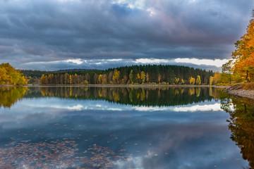 Sonnenuntergang im Herbst am See