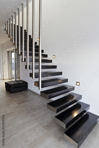 Architecture escalier moderne int rieur maison design photo libre de droits sur la banque d for Escalier interieur moderne
