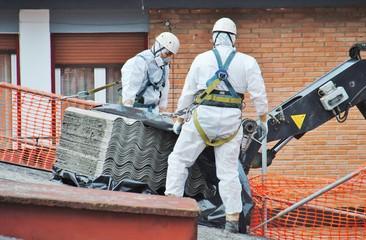 Trabajadores de amianto retiran tejado de fibrocemento con una grúa, en Mondragon (Guipuzcoa)