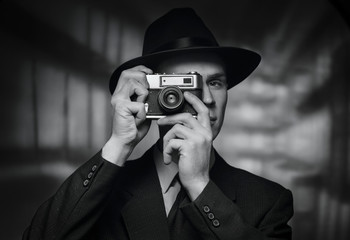 1950s man in hat taking a picture