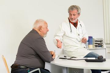 Arzt am Schreibtisch mit Patient