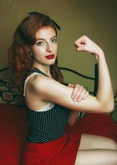 Retrato tributo al feminismo clásico donde una mujer muestra su fuerza y feminidad