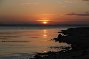 traumhafter Sonnenaufgang an der Ostsee auf Fünen am Helnaes Strand, Dänemark