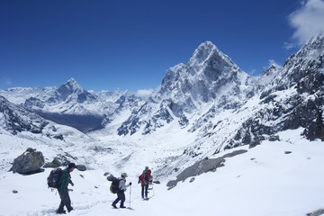 Trekkers walking over Cho La Pass with Ama Dablam on left and Arakam Tse on right, Solukhumbu District, Nepal, Himalayas, Asia