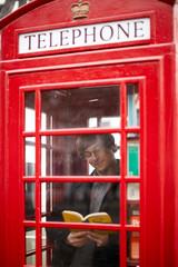 Lesen in der Telefonzelle