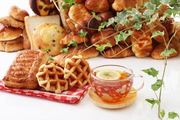 美味しそうなパンと紅茶