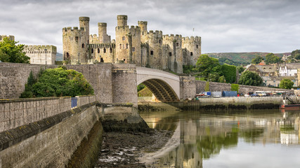 Conwy Castle is a medieval fortification in Conwy, on the north coast of Wales. It was built by Edward I, during his conquest of Wales, between 1283 and 1289.  Fototapete
