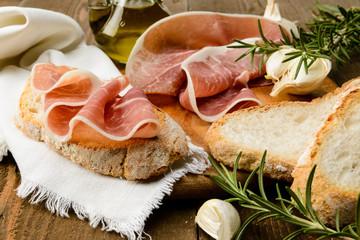 Prosciutto crudo e pane a fette
