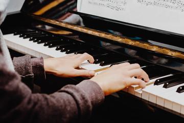 Klavier spielen/Hände spielen Klaviertasten