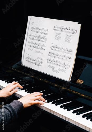 klavier spielen klavier mit noten und h nden stockfotos und lizenzfreie bilder auf. Black Bedroom Furniture Sets. Home Design Ideas