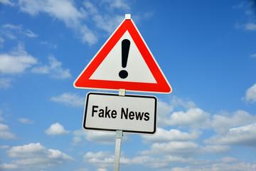 Fake News, Falschmeldung, Manipulation, Wahlmanipulation, Nachrichten, News, Propaganda, Politik, Populismus, Cyberspace, Journalismus, Schild, Warnung, symbolisch, Internet, Soziale Medien