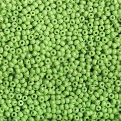 Бисер зелёного цвета крупным планом