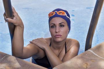 Mujer saliendo de una piscina
