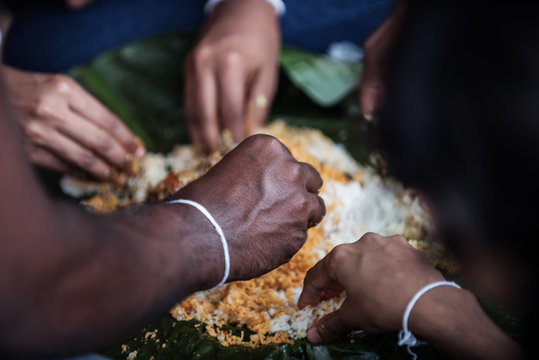 Sri Lanka: family members eating traditional lunch with their hands