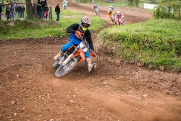Motocross Fahrer in der Kurve