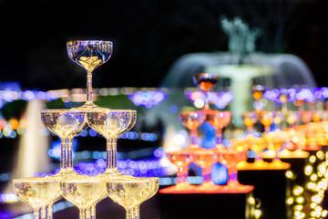 ワイングラスとクリスマスイルミネーション