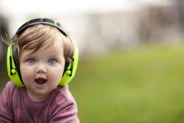 Portrait eines Kleinkindes mit Gehörschutz