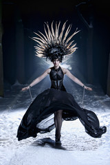 Mystisch magische Burlesque Tänzerin bei Nacht im winterlichen Wald