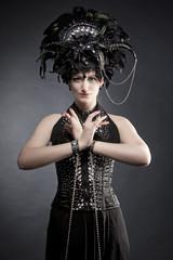 Junge attraktive Burlesque Tänzerin in einem Show / Bühnenkostüm mit Federn