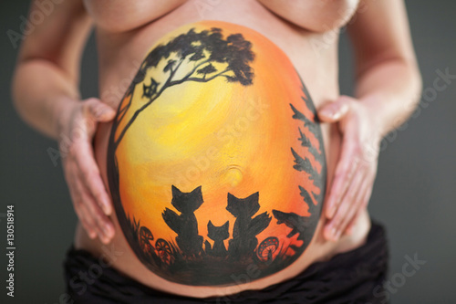 bemalter babybauch mit fuchsfamilie pregnant woman with bodypainting stockfotos und. Black Bedroom Furniture Sets. Home Design Ideas