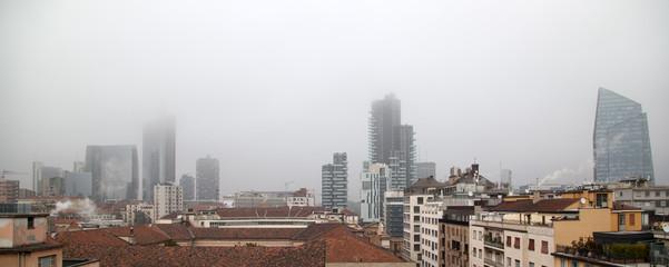 Milano nella nebbia e smog