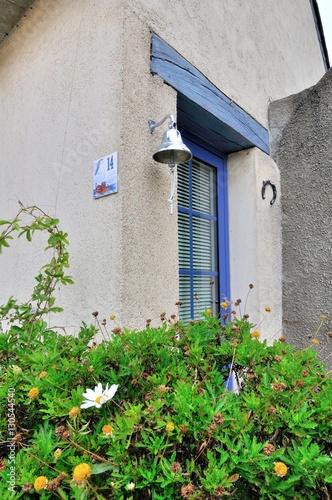 Porte d 39 entr e et clochette d 39 une maison bretonne typique - Entree bretonne typique ...