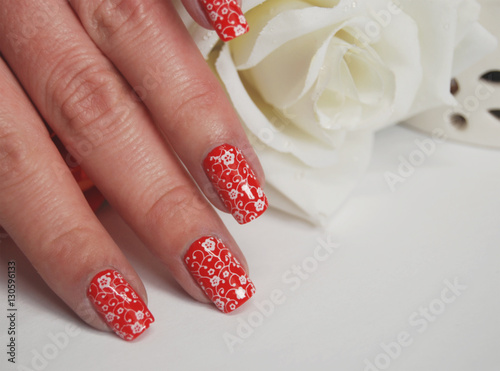Nageldesign Florales Muster Weiss Auf Rot Stock Photo And Royalty