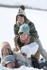 雪原に寝転び重なる若者たち