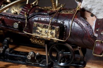 Steampunk Armkanone aus Leder und Messing mit Rauchgenerator
