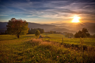 jesienny zachód słońca w górach w Muszynie