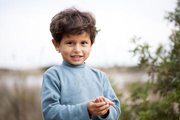Niño moreno con suéter azul