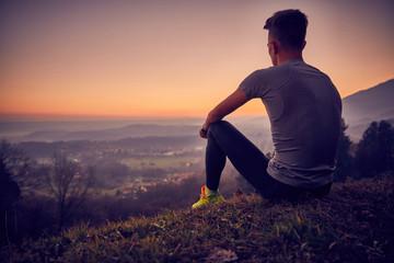 Ragazzo in vetta, tramonto in montagna