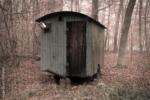 alter bauwagen im wald stockfotos und lizenzfreie bilder. Black Bedroom Furniture Sets. Home Design Ideas