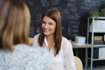 zwei kollegen unterhalten sich im büro