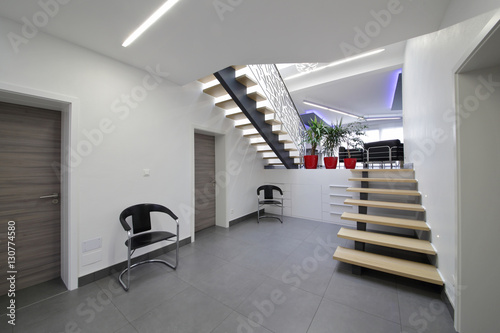 Escalier hall d 39 entr e int rieur maison stock photo and for Entree interieur maison
