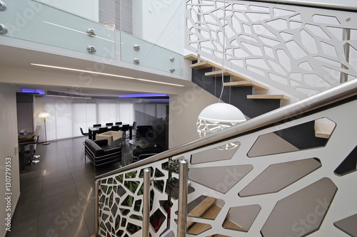 Cage d 39 escalier design contemporain imagens e fotos de for Cage escalier design