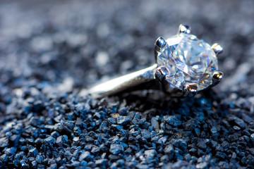 ein wertvoller Ring mit einem geschliffenem Edelstein
