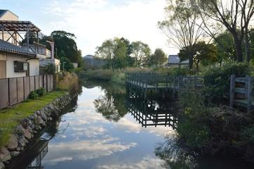 川と住宅街