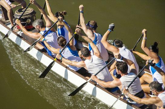 squadra di canottaggio mista durante una regata