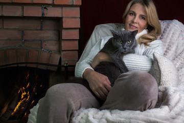 Портрет женщины с котом рядом с камином