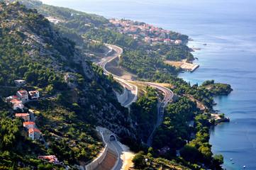 Chorwacja - droga nad brzegiem w okolicach miasta Omiś