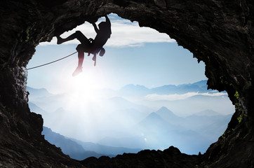 Poster de jardin Alpinisme Bergsteiger im Hochgebirge an einem Höhlenausgang