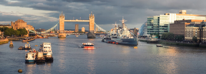 Fototapete - Central London, Tower Bridge under dramatic sky, panorama