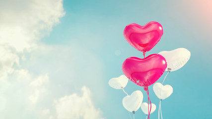 Balloons, heart shaped balloons, heart-shaped leaves and white many leaves. Take to the skies.