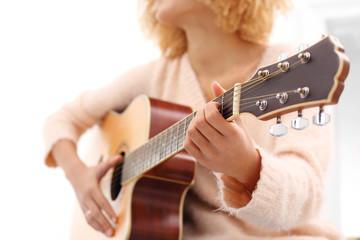 Gitara akustyczna. Dziewczyna gra na gitarze.