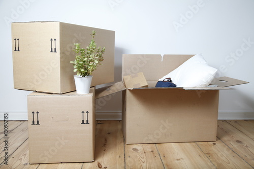 umzugskartons auf holzfu boden stockfotos und. Black Bedroom Furniture Sets. Home Design Ideas